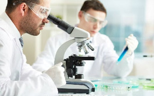Engenheiros de Materiais em laboratórios