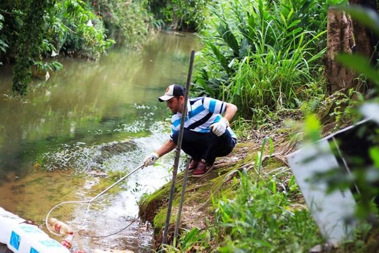 Ecobarreira para conter a poluição de rio