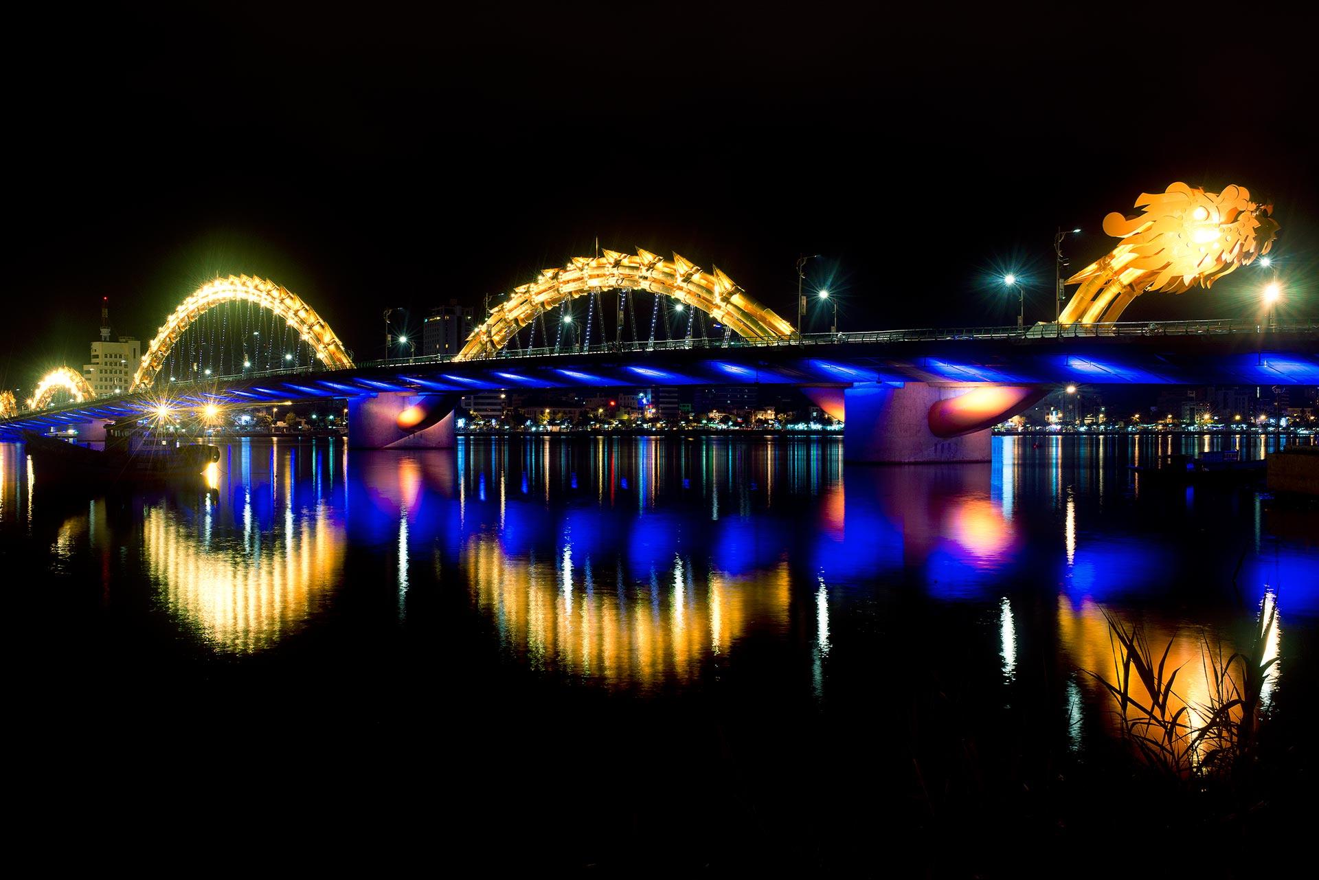 ponte sustentada por mãos gigantes